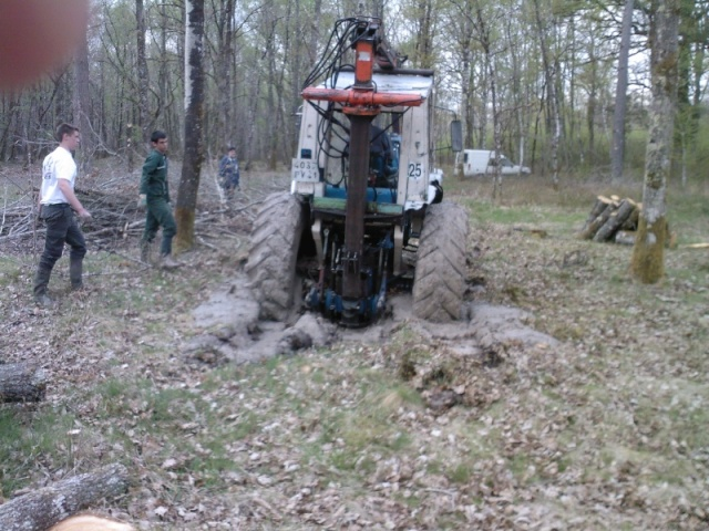 tracteur forestier en mauvaise posture
