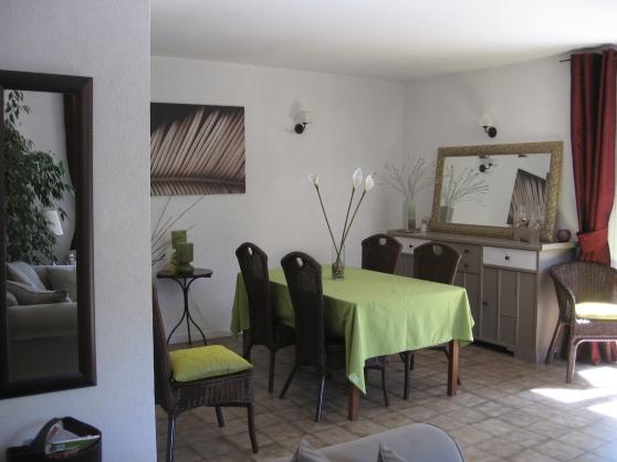 affordable on ne voit pas bien mais les rideaux sont foncs cerise il y avait du taupe blanc cass. Black Bedroom Furniture Sets. Home Design Ideas