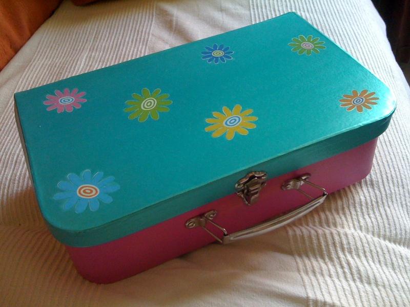 petite valise en carton rose et turquoise irise. Black Bedroom Furniture Sets. Home Design Ideas